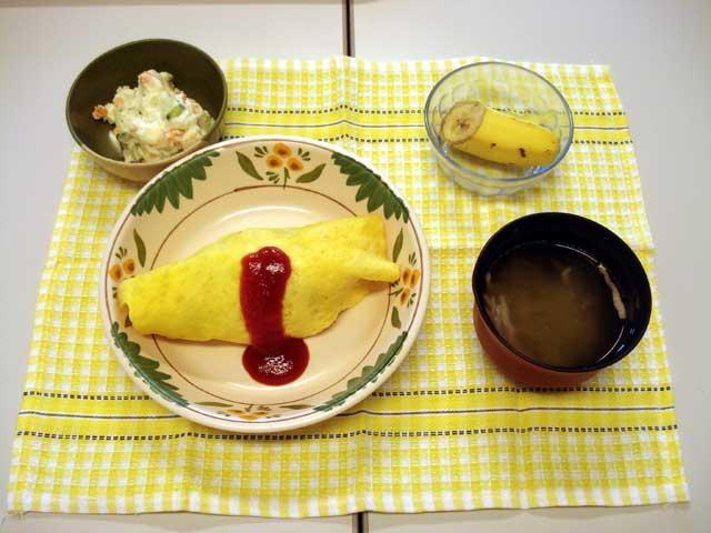 オムライス、ポテトサラダ、バナナ、コンソメスープ