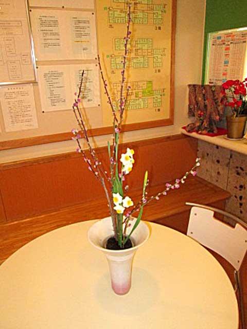 お花の先生をしていた、ご利用者様が花を生けてくださいました